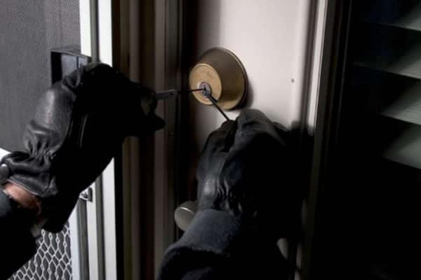 I padroni di casa rientrano improvvisamente, ladro 20enne, scoperto, si lancia nel vuoto dal terzo piano, morto sul colpo