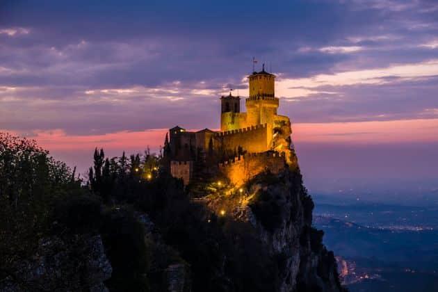 A San Marino il Capodanno si festeggia senza alcuna limitazione, ristoranti organizzeranno cenoni di Capodanno, l'ira dei virologi italiani