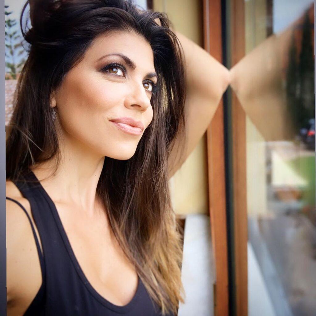"""Sonia Bruganelli posta una foto e Flora Canto la compagna di Brignano le lancia una frecciatina, la Bruganelli le risponde a tono """"Quanto sei scema"""""""