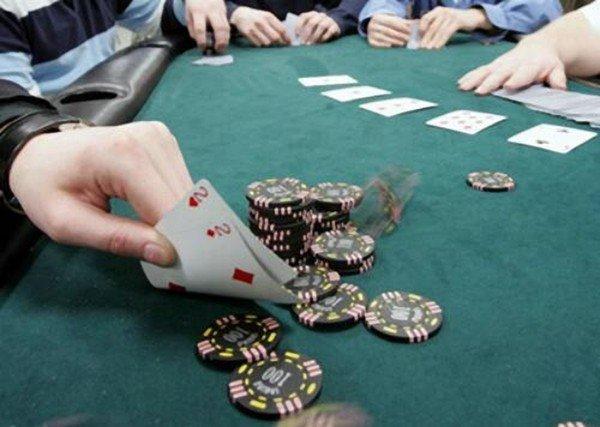 Bari, a San Girolamo scoperte nove persone intente a giocare a carte in un circolo privato, multe per 5 mila euro