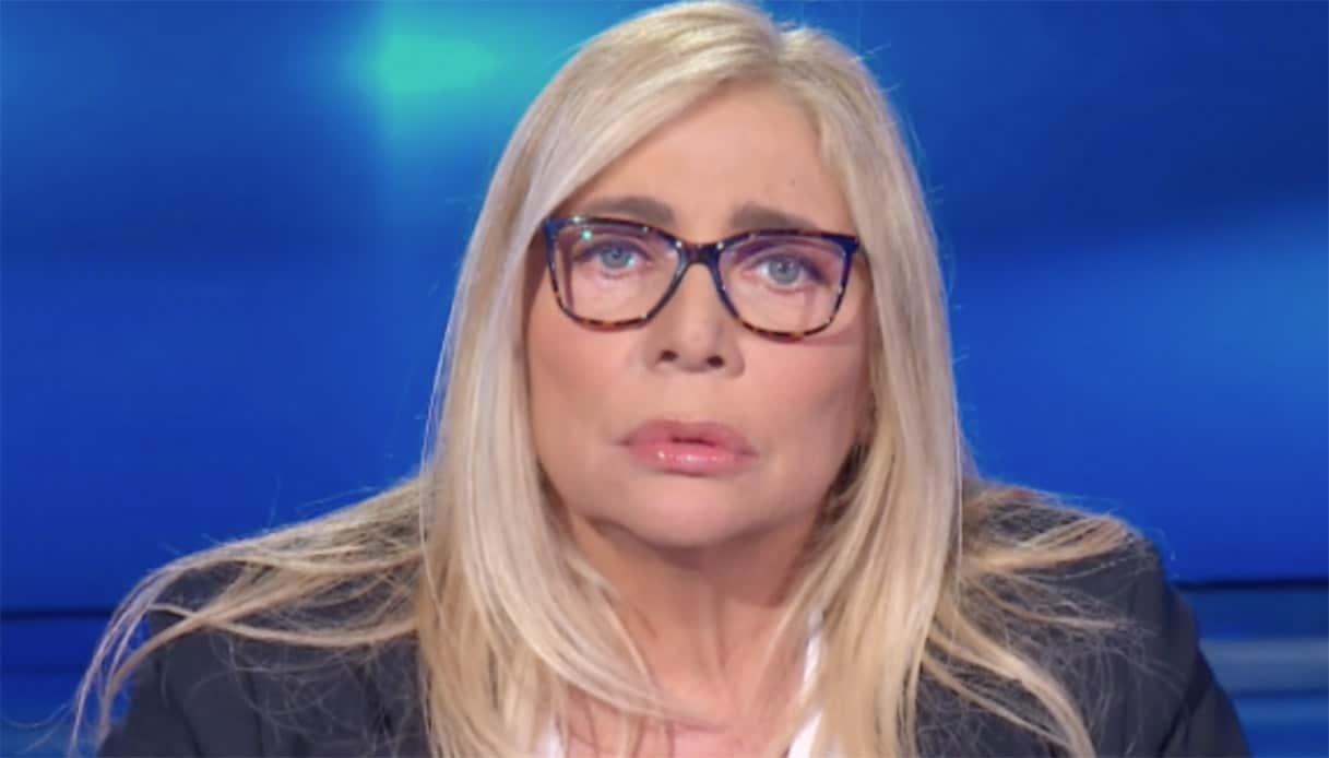Domenica In, Mara Venier fuori di sé, fulmina con la sguardo e non va avanti con l'intervista, in studio cala il gelo ma lei continua a rimanere in silenzio
