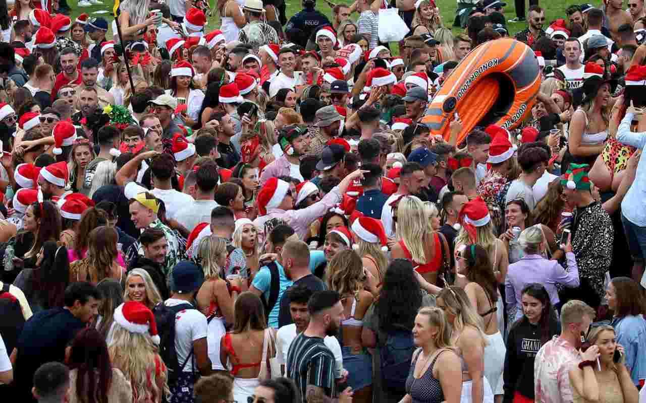 Australia, mega party in spiaggia di giovani turisti britannici per festeggiare Natale tutti senza mascherina, si teme una massiccia catena di contagi