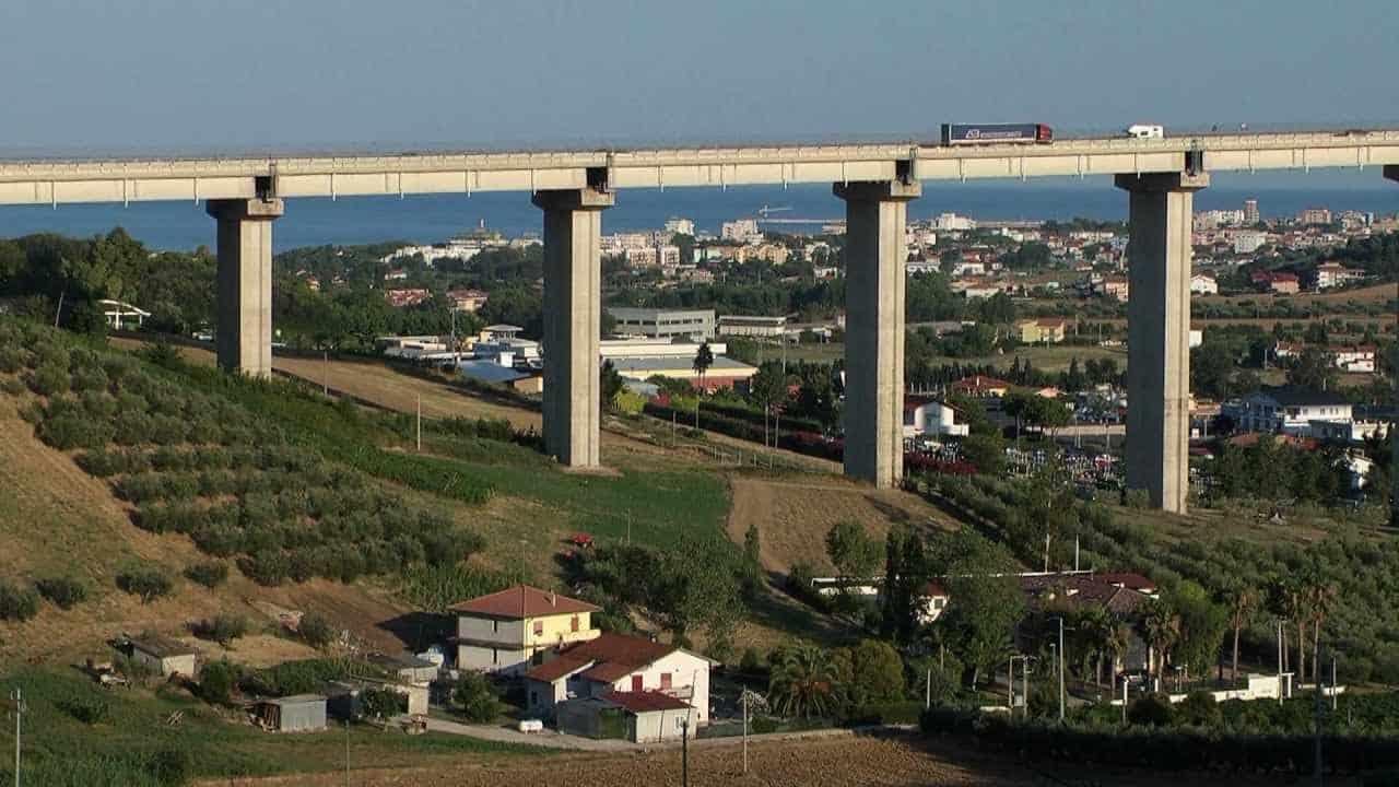 Tragedia all'alba sull'A14, 56enne pugliese si toglie la vita lanciandosi nel vuoto da un ponte