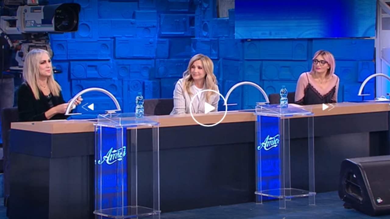"""Amici caos in diretta, Cuccarini contro Celentano: """"Hai bullizzato la mia ballerina"""" interviene la De Filippi contro la Celentano che fuori di sé lascia lo studio"""