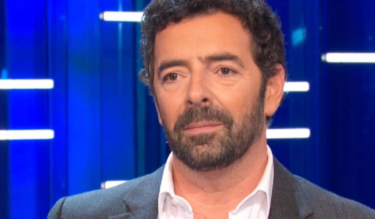 """Alberto Matano, in trasmissione rivela un particolare privato: """"Ero al bar e …"""""""