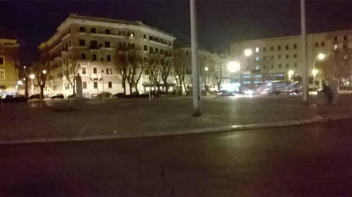 Bari, 50 enne si accascia al suolo e muore in piazza Diaz, stava mangiando un panino, attoniti i familiari