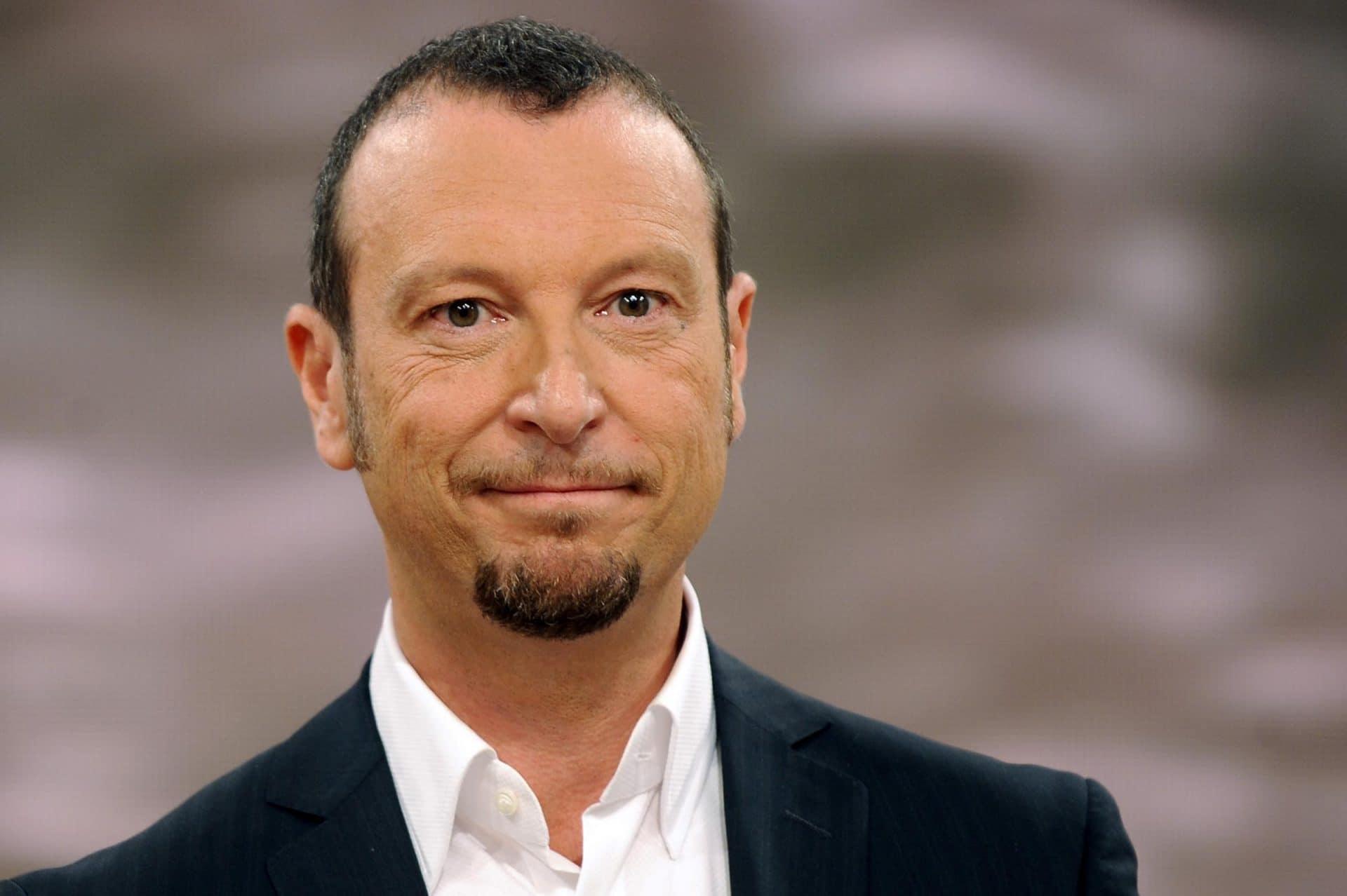 Sanremo 2021, Amadeus umiliato in eurovisione ma in pochi se ne accorgono, solo per un momento le telecamere inquadrano cosa gli viene detto
