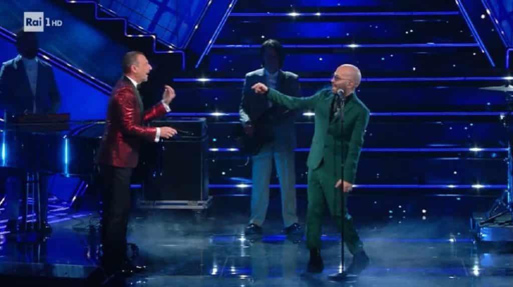 Sanremo 2021, Amadeus fa  una clamorosa gaffe con Giuliano Sangiorgi ma arriva Fiorello in soccorso che dice …
