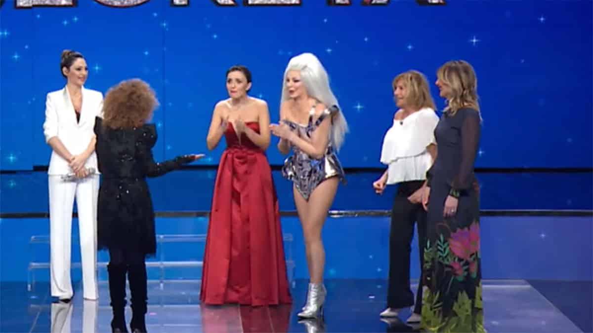 """Canzone segreta, Alba Parietti in versione """"drag queen"""" per Marcella Bella che non la riconosce, la sorpresa finisce male"""
