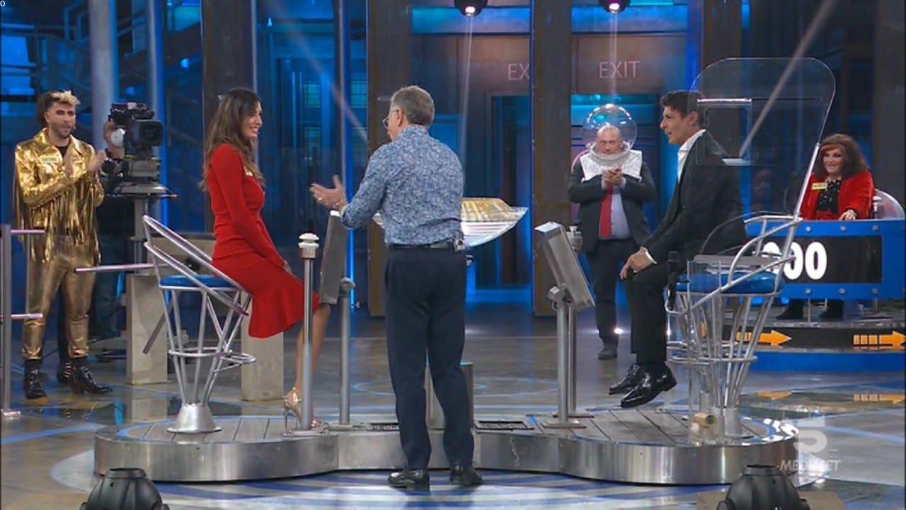 Avanti un altro pure di sera, Elisabetta Gregoraci prova a mettere in imbarazzo Paolo Bonolis che le dà una risposta geniale, il web in delirio