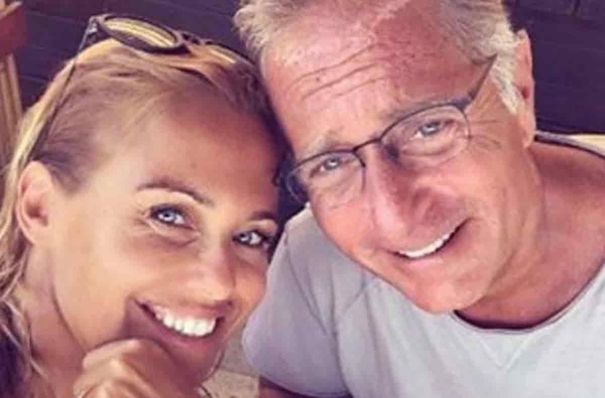 """Paolo Bonolis, sui social lancia una frecciatina alla moglie Sonia Bruganelli che gli risponde """"sei un cretino …"""""""