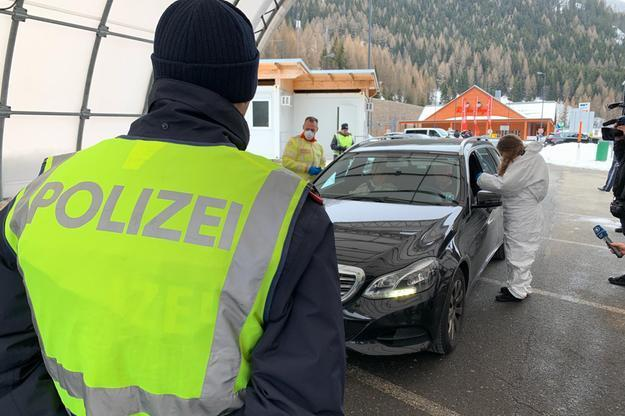 """Austria misure anticovid-19, 100 turisti italiani respinti dalla polizia al confine,  """"Non avevano motivo d'ingresso"""""""