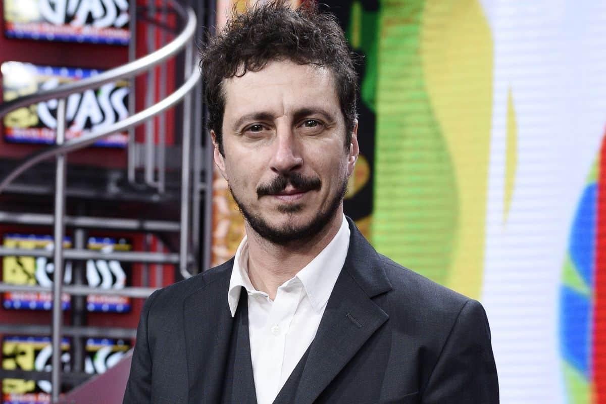 """Luca Bizzarri nella bufera, sui Maneskin: """"Iniziamo a capire qualcosa della droga"""", si scatena il putiferio: """"Cacciatelo"""""""