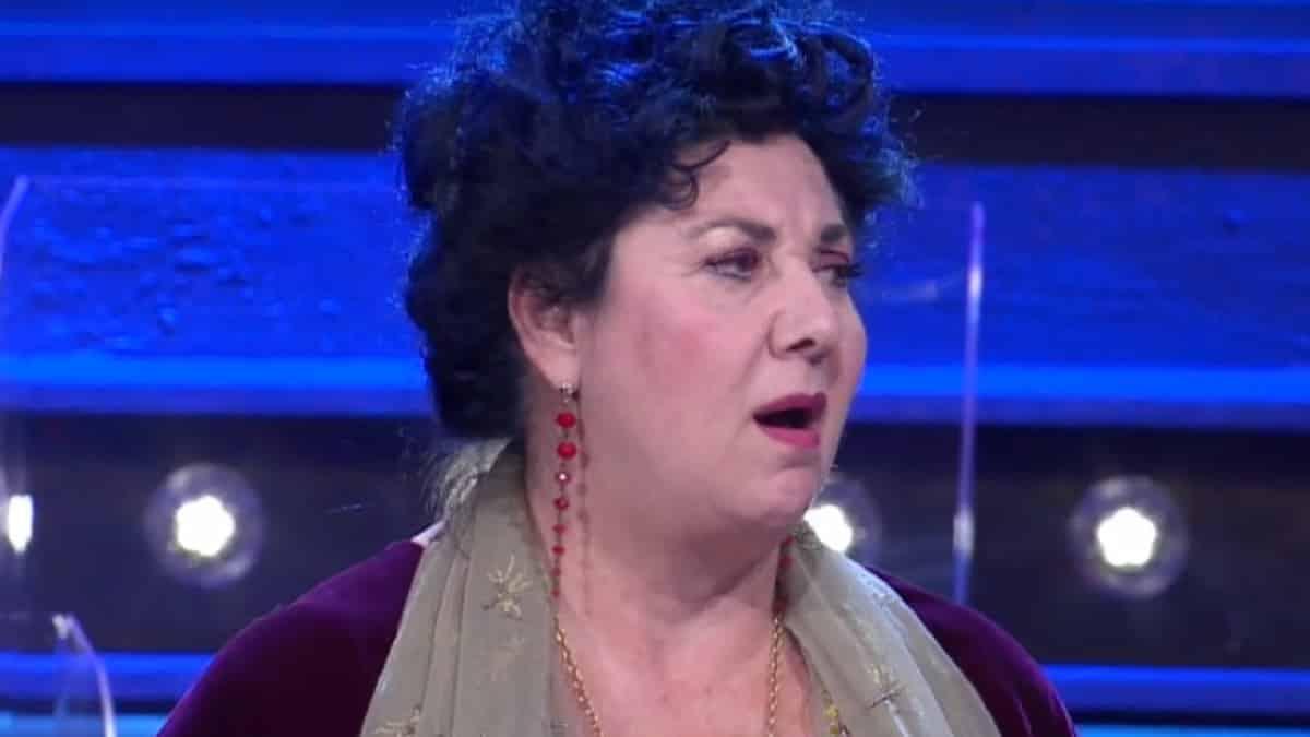 I Soliti ignoti, Marisa Laurito ospite in studio commette un errore e Amadeus rimane di ghiaccio
