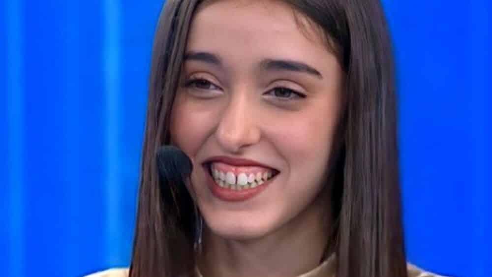 Amici 20, la madre di Giulia Stabile si lamenta della figlia in un'intervista ma poi Giulia nega che l'intervista ci sia stata, bufera in famiglia