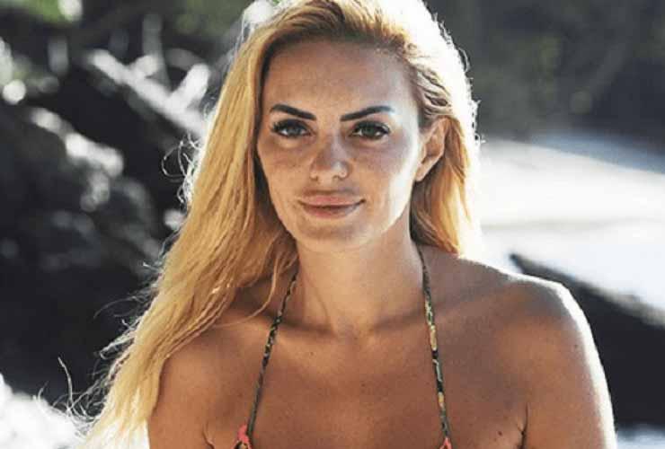 """Elena Morali nella bufera, pubblica una foto e le dicono """"Sei in vacanza con i soldi degli altri …"""", la Morali risponde al veleno"""
