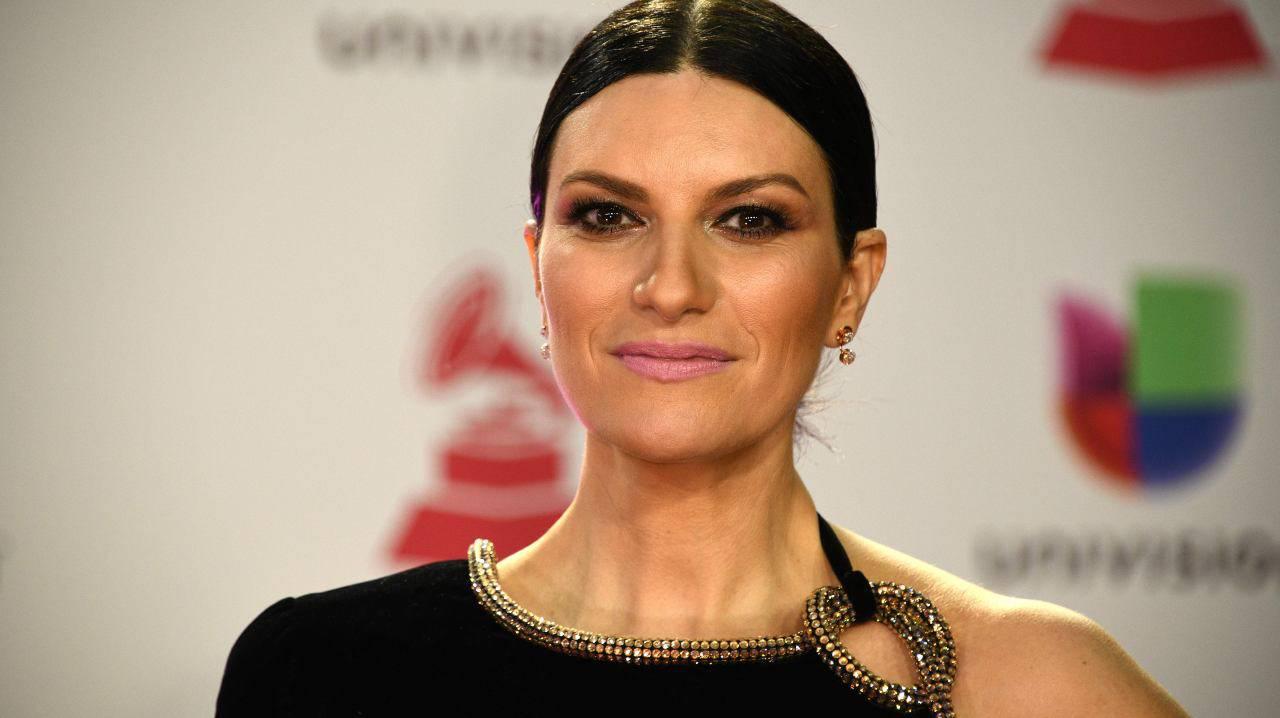 """Laura Pausini nella bufera dopo la morte della Carrà, """"ma se non sei andata neppure ai funerali?"""" e lei dà una risposta da applausi"""